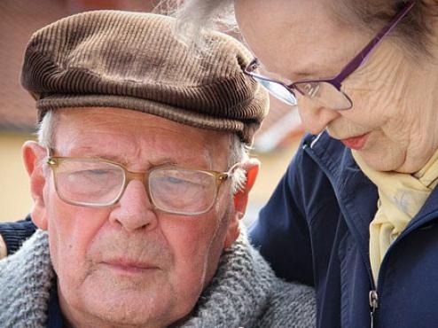 Ilustrativna slika starijeg bračnog para