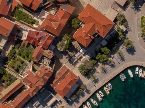 fotografija starog supetarskog pazara iz zraka