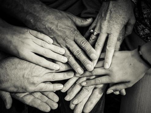 Ilustrativna fotografija isprepletenih starih i mladih ruku