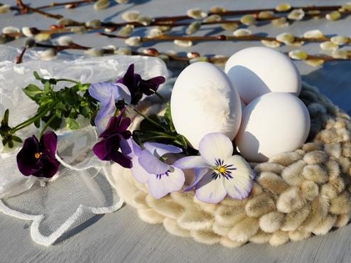 Ilustracija Uskršnjih jaja i cvjetnog aranžmana