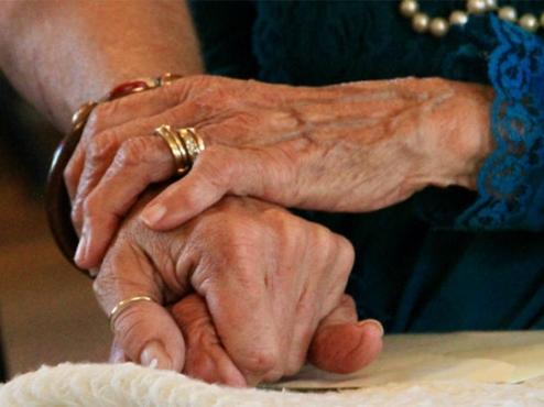 Ilustrativna fotografija starih ruku